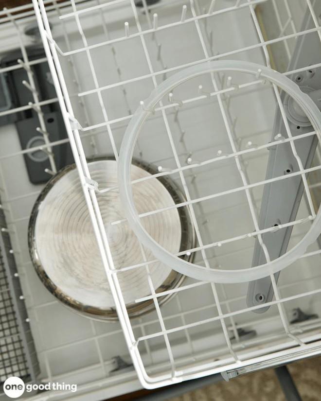 """Mẹo làm sạch hiệu quả lại còn giúp kéo dài """"tuổi thọ"""" của nồi áp suất điện - Ảnh 11."""