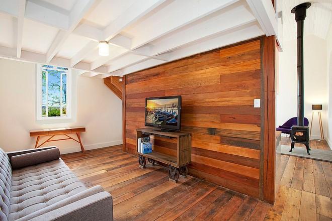 Độc đáo, lạ mắt lại vô cùng ấm áp ngay khi nhìn thấy: 10 phòng khách với thiết kế bức tường gỗ này sẽ chinh phục bạn - Ảnh 14.