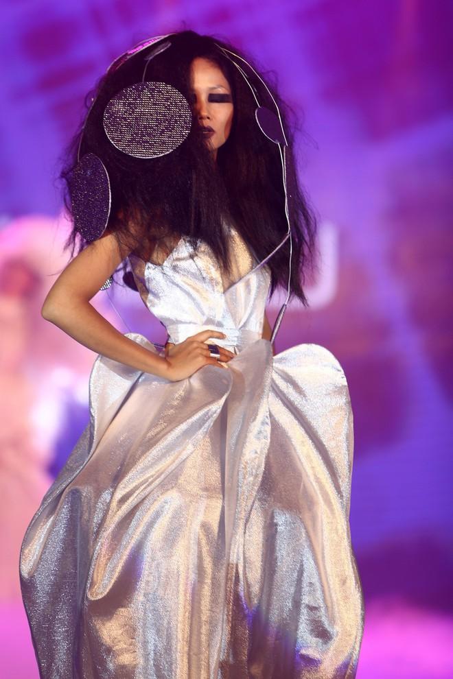 Trước khi đăng quang Hoa hậu, HHen Niê đã là một người mẫu sáng giá với những khoảnh khắc catwalk xuất thần thế này đây - Ảnh 16.