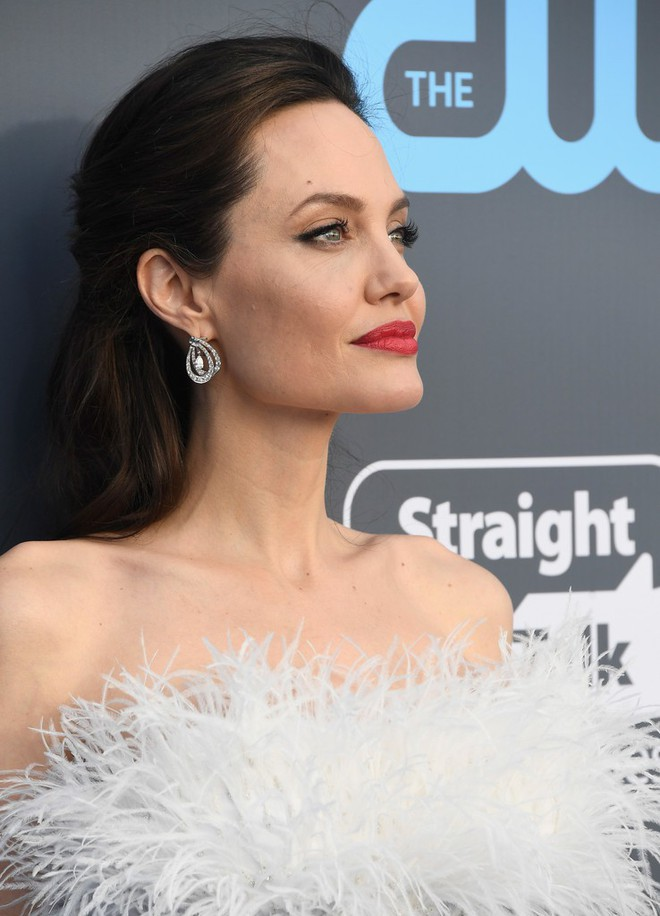 Loạt ảnh chứng minh ở tuổi 42, Angelina Jolie vẫn là báu vật nhan sắc của nước Mỹ không ai bì được - Ảnh 18.