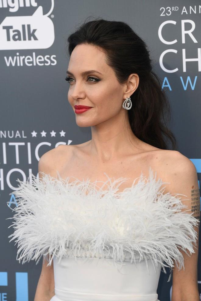 Loạt ảnh chứng minh ở tuổi 42, Angelina Jolie vẫn là báu vật nhan sắc của nước Mỹ không ai bì được - Ảnh 19.