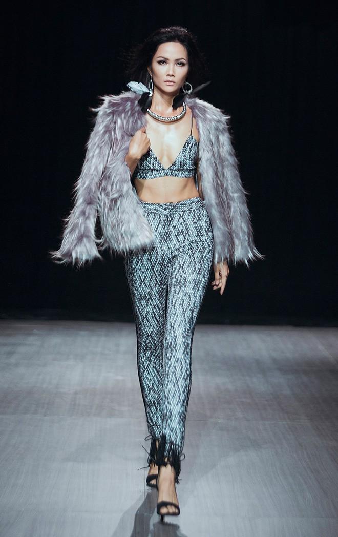 Trước khi đăng quang Hoa hậu, HHen Niê đã là một người mẫu sáng giá với những khoảnh khắc catwalk xuất thần thế này đây - Ảnh 3.
