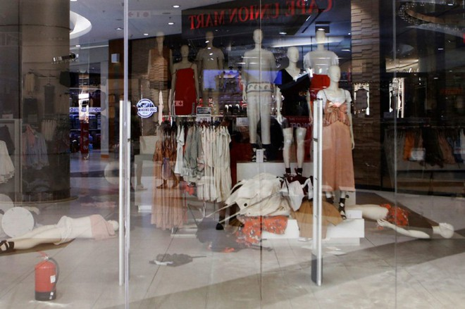 Vì chiếc áo phân biệt chủng tộc mà loạt store của H&M tại Nam Phi bị phá thảm hại, cả ngàn người biểu tình - Ảnh 3.