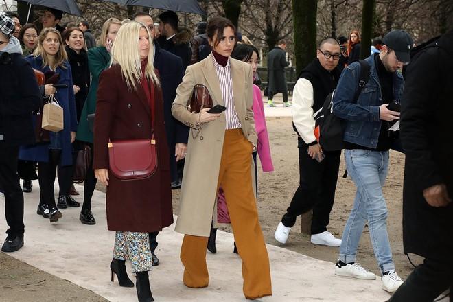 Dắt díu nhau dự show Louis Vuitton, Victoria Beckham trông cool ngầu chẳng kém chồng và con trai - Ảnh 3.