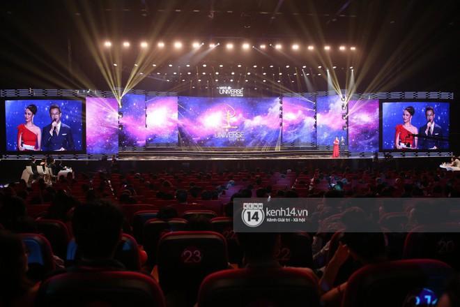 Chung kết Hoa hậu Hoàn vũ Việt Nam 2017: Khán giả thưa thớt, ngồi rải rác khắp khán đài - Ảnh 4.
