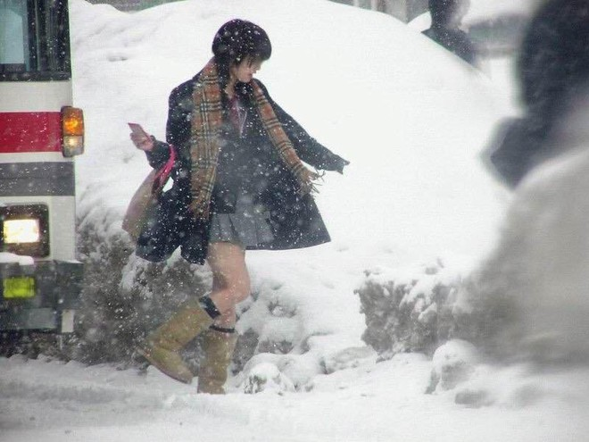 Mặc cho tuyết rơi trắng trời, nữ sinh Nhật Bản vẫn kiên cường diện váy ngắn xinh xắn tới trường - Ảnh 4.