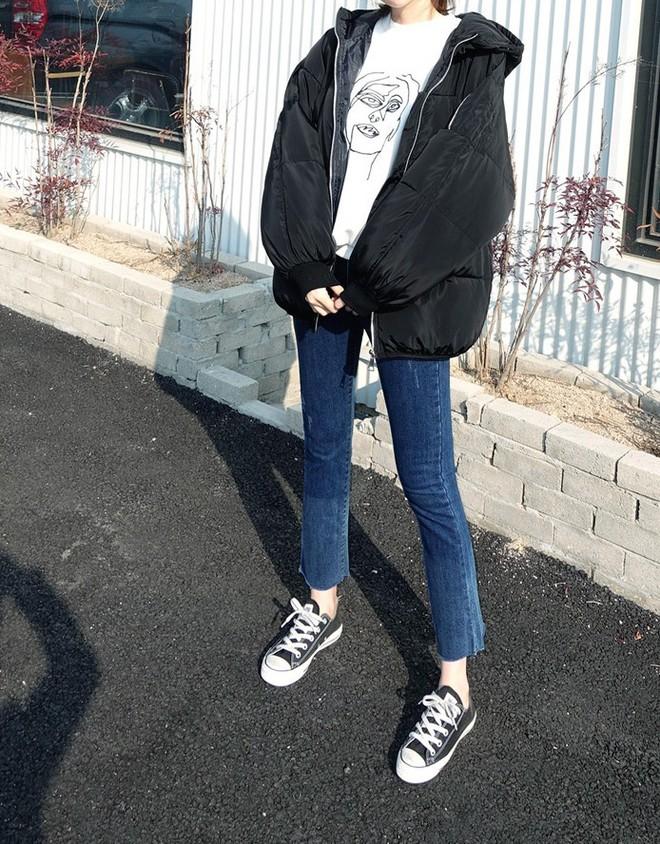 Nếu đang định sắm skinny jeans, bạn đừng mua loại bó chịt mà hãy chọn dáng ôm vừa phải như thế này mới là đúng mốt 2018 - Ảnh 4.