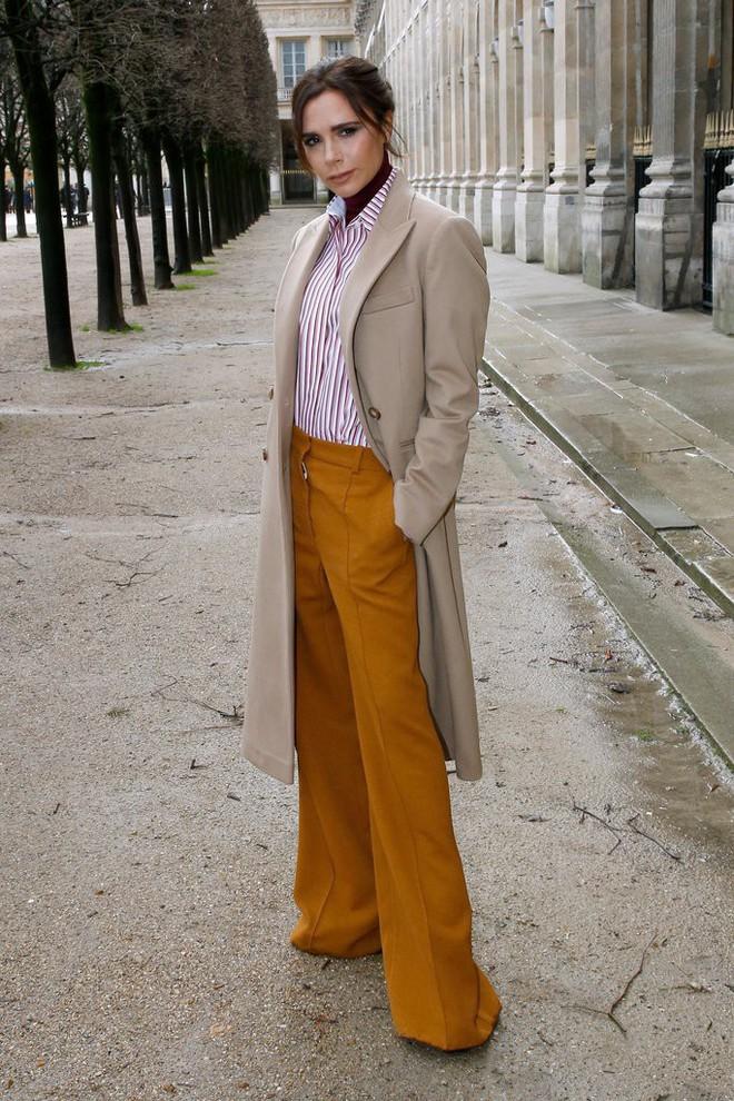 Dắt díu nhau dự show Louis Vuitton, Victoria Beckham trông cool ngầu chẳng kém chồng và con trai - Ảnh 4.
