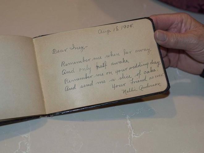 Kỷ niệm 100 năm ngày cưới của ông bà, người cháu tìm được chiếc bánh cưới đính kèm lá thư đáng yêu từ bạn của cô dâu - Ảnh 4.