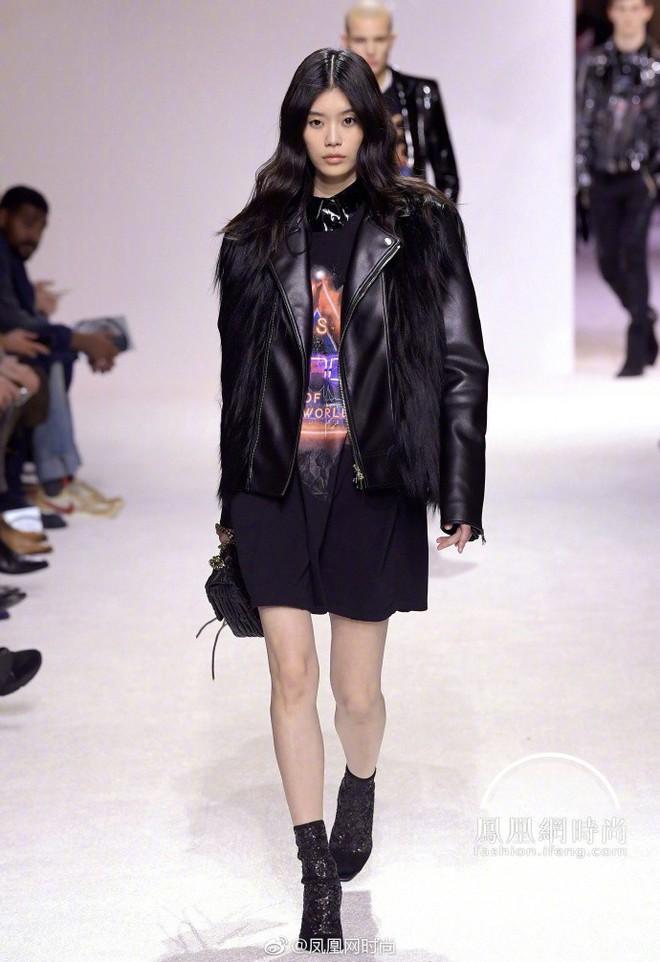 Tuyên bố giải nghệ đúng là nói suông, Ming Xi catwalk trở lại sau cú ngã sấp mặt tại Victorias Secret - Ảnh 4.