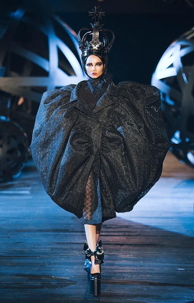 Trước khi đăng quang Hoa hậu, HHen Niê đã là một người mẫu sáng giá với những khoảnh khắc catwalk xuất thần thế này đây - Ảnh 5.