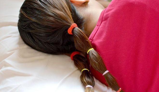 Thấy tóc rụng cả búi to trong mùa đông là do những thói quen xấu này đây - Ảnh 5.