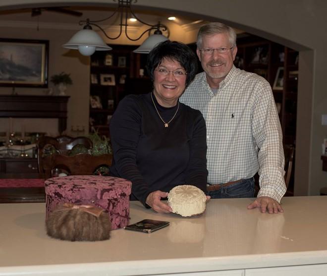 Kỷ niệm 100 năm ngày cưới của ông bà, người cháu tìm được chiếc bánh cưới đính kèm lá thư đáng yêu từ bạn của cô dâu - Ảnh 5.