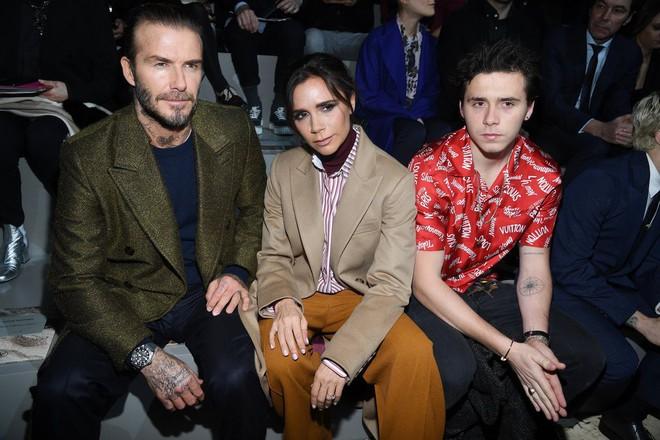 Dắt díu nhau dự show Louis Vuitton, Victoria Beckham trông cool ngầu chẳng kém chồng và con trai - Ảnh 6.
