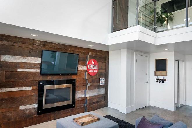 Độc đáo, lạ mắt lại vô cùng ấm áp ngay khi nhìn thấy: 10 phòng khách với thiết kế bức tường gỗ này sẽ chinh phục bạn - Ảnh 7.