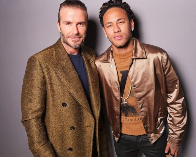 Dắt díu nhau dự show Louis Vuitton, Victoria Beckham trông cool ngầu chẳng kém chồng và con trai - Ảnh 7.