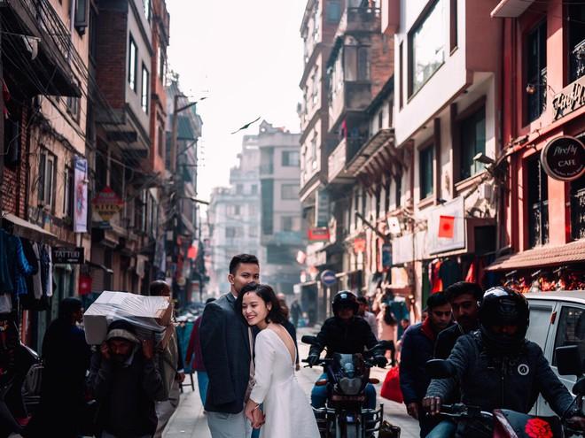 Bộ ảnh cưới không bình thường chút nào ở Nepal của cựu CEO Uber Việt Nam - Ảnh 8.