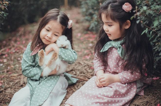 Cô bé sợ chó tái xuất trong bộ ảnh mới: Chụp ảnh với thỏ nhưng chỉ dám nhìn! - Ảnh 8.