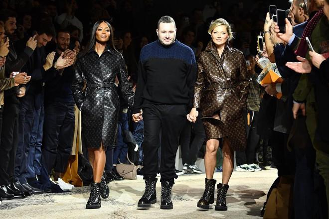 Dắt díu nhau dự show Louis Vuitton, Victoria Beckham trông cool ngầu chẳng kém chồng và con trai - Ảnh 8.