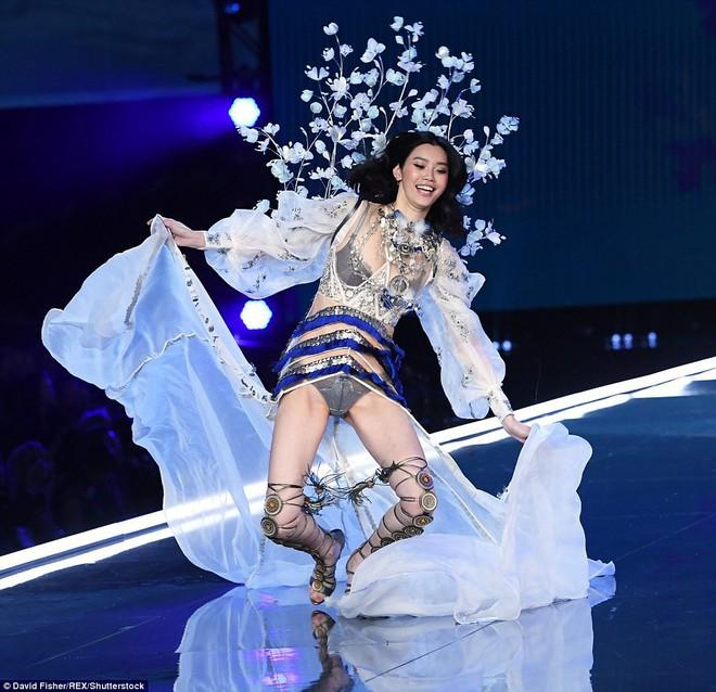 Tuyên bố giải nghệ đúng là nói suông, Ming Xi catwalk trở lại sau cú ngã sấp mặt tại Victorias Secret - Ảnh 8.