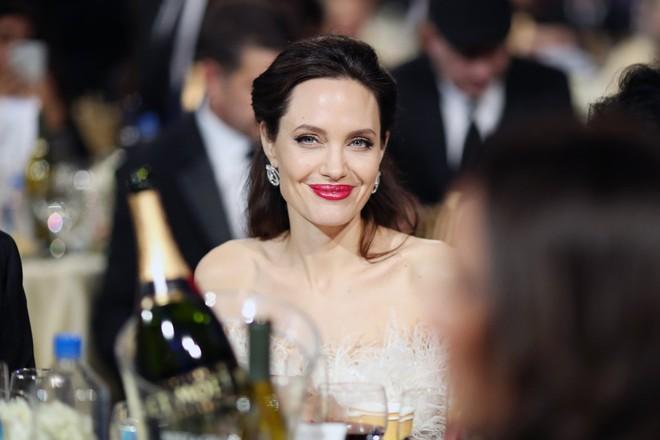 Loạt ảnh chứng minh ở tuổi 42, Angelina Jolie vẫn là báu vật nhan sắc của nước Mỹ không ai bì được - Ảnh 9.