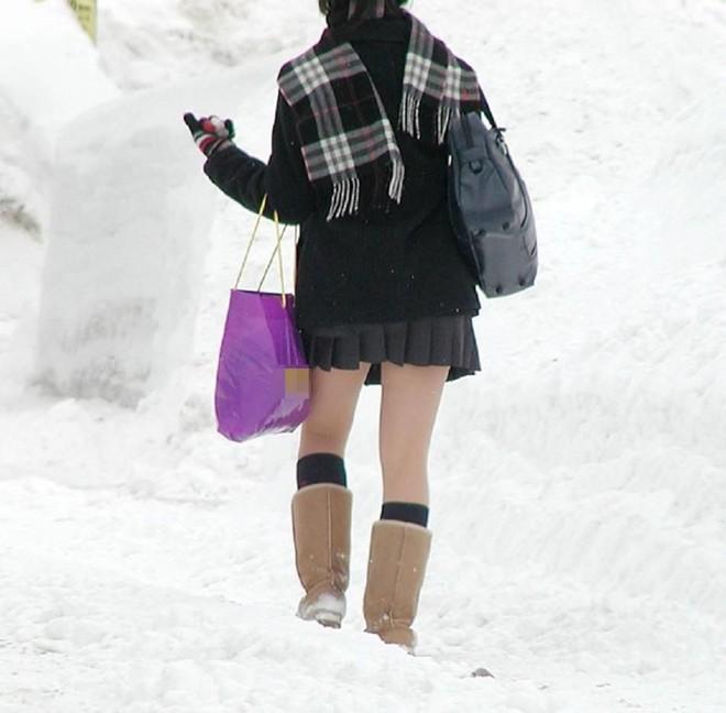 Mặc cho tuyết rơi trắng trời, nữ sinh Nhật Bản vẫn kiên cường diện váy ngắn xinh xắn tới trường - Ảnh 9.