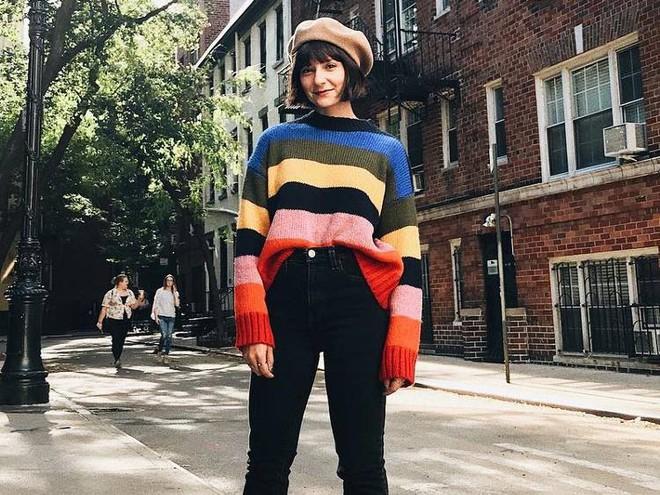 Khắp các thương hiệu thời trang, từ bình dân đến cao cấp đều đăng lăng xê kiểu áo len màu sắc này  - Ảnh 1.