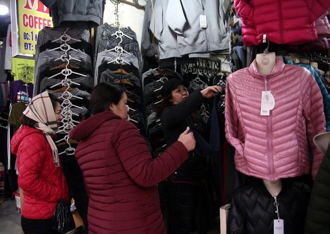 Hà Nội lạnh nhất từ đầu đông: Chị em ùn ùn kéo đi mua sắm quần tất, găng tay, khăn, áo chống rét
