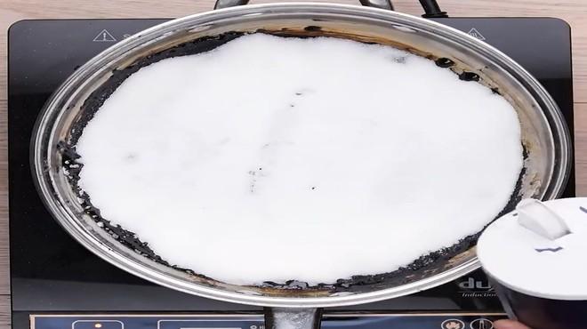 Nồi, chảo cháy đen thui thế này, chỉ cần rắc muối vào, 10 phút sau chảo sạch bất ngờ - ảnh 1
