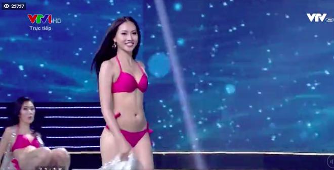 Hoàng Thùy, Tuyết Trang thi nhau té ngã trong Chung kết Hoa hậu Hoàn vũ Việt Nam - Ảnh 1.