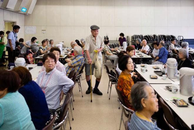Trẻ sống 1 mình, già chết không ai nhận: Thực tế đau lòng tại Nhật Bản, một trong những quốc gia có dân số già nhất thế giới - Ảnh 4.