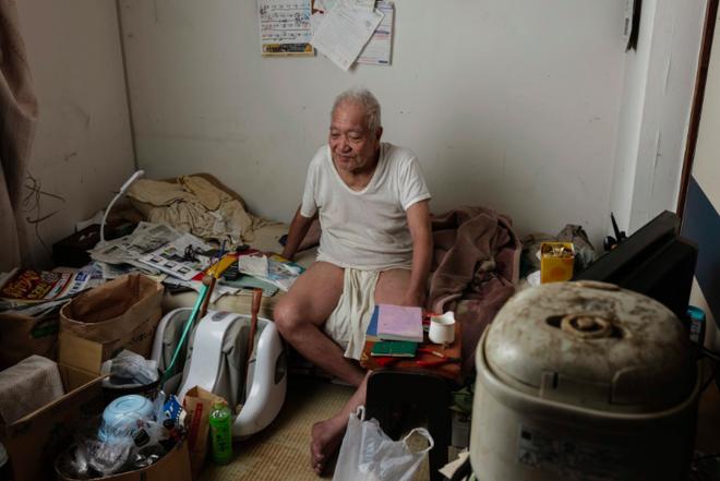 Trẻ sống 1 mình, già chết không ai nhận: Thực tế đau lòng tại Nhật Bản, một trong những quốc gia có dân số già nhất thế giới - Ảnh 2.