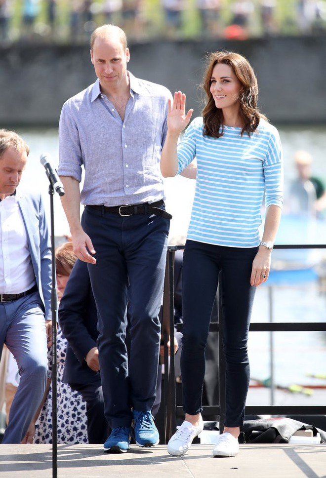 Diện đi diện lại mãi không chán, đây đích thị là những đôi sneaker được Công nương Kate yêu thích nhất - Ảnh 22.