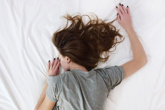 9 dấu hiệu trên cơ thể cảnh báo bạn đang thiếu magiê, có cả những dấu hiệu bạn đã từng gặp nhiều lần nhưng hay bỏ qua - Ảnh 3.