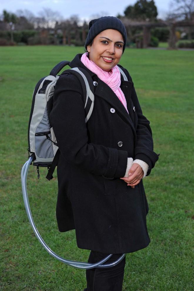 Người phụ nữ lúc nào cũng phải đeo balo to nặng trên lưng để duy trì sự sống - Ảnh 1.