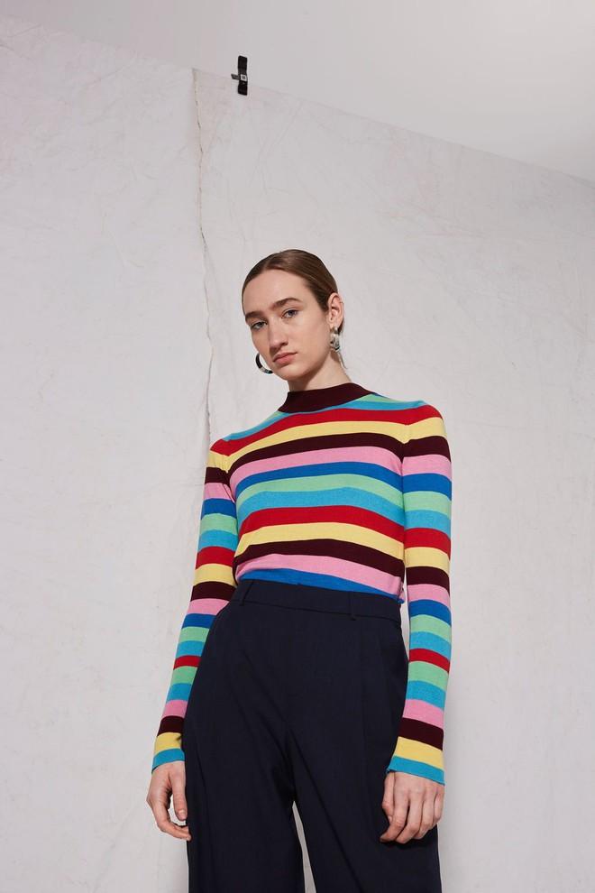 Khắp các thương hiệu thời trang, từ bình dân đến cao cấp đều đăng lăng xê kiểu áo len màu sắc này  - Ảnh 5.