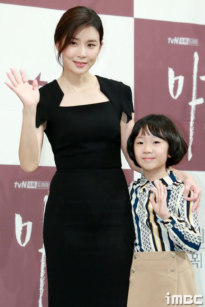 Cựu Hoa hậu Hàn Lee Bo Young đẹp quý phái bên con gái - Ảnh 5.