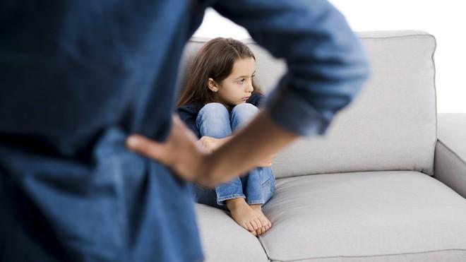 Nên nói chuyện nhiều với trẻ và nói chuyện một cách nhẹ nhàng