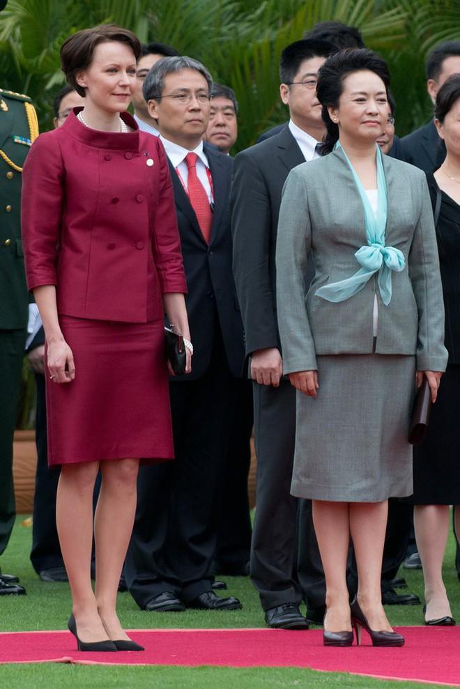 Phong cách thời trang của Phu nhân Trung Hoa cũng tinh tế, thanh lịch chẳng kém bất kỳ nhân vật Hoàng gia nào - Ảnh 1.