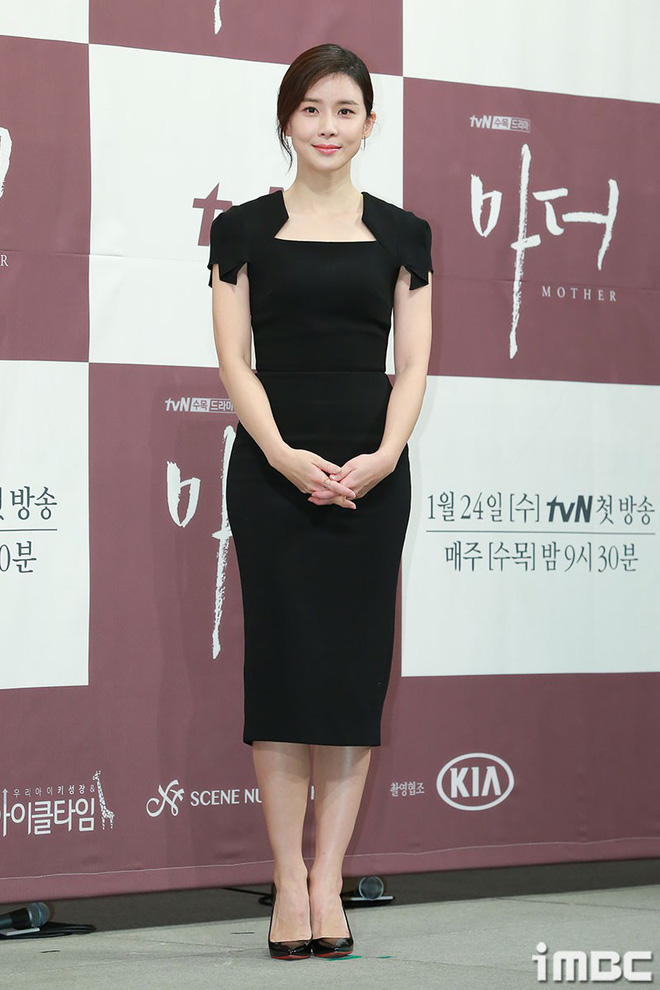 Cựu Hoa hậu Hàn Lee Bo Young đẹp quý phái bên con gái - Ảnh 1.