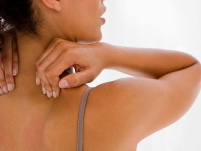 Bị đau bả vai, dùng đầu ngón trỏ gõ vài chục cái vào đầu lông mày (bên bị đau) là vai hết đau ngay