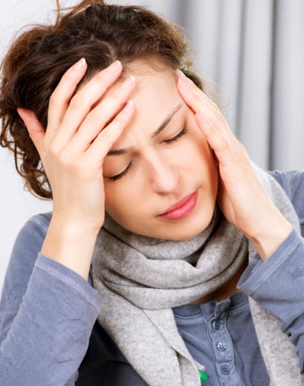 Chỉ cần hơ mu bàn tay (đã nắm lại) lên ngải cứu vài phút, là chấm dứt ngay cơn nhức đầu