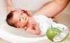 Chỉ cần tắm nước dừa thường xuyên, da trẻ sẽ trở nên trắng trẻo?