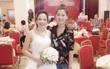 Một bức ảnh chụp hai người phụ nữ trong đám cưới, dân mạng tranh cãi ai là mẹ chồng, ai là con dâu