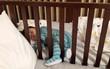 """Bức ảnh em bé ngủ say trong cũi, tay chân vẫn choàng ra tìm mẹ khiến chị em tranh cãi: Mẹ """"sắt đá"""" hay mẹ thông thái?"""