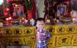 Nghẹn ngào đám tang của cặp vợ chồng giáo viên chết lõa thể, đứa con trai 3 tuổi ngây ngô bên linh cữu gọi bố mẹ