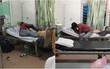Cư dân mạng sốc với cặp đôi coi bệnh viện như chốn riêng tư, ôm hôn thân mật dù phòng đầy người