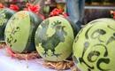 Dưa hấu, dừa tươi khắc hình gà giá gấp 6 lần vẫn được người Hà Nội ưa chuộng mua về trưng Tết