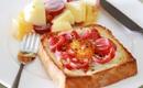 Bữa sáng hoàn hảo với bánh sandwich trứng xúc xích