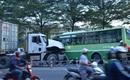 Va chạm với container, xe buýt móp đầu, 14 hành khách bị thương